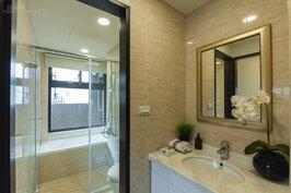 共用衛浴的另一個角度。洗手台用的是Dreak產品,檯面部分則是強化塑膠。
