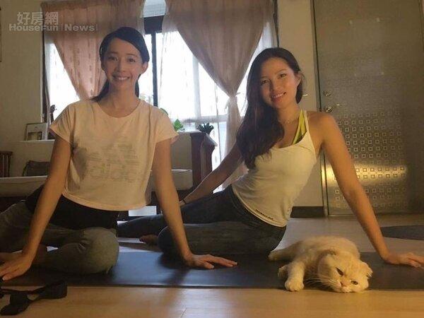 2.Emma與凱渥名模王心恬在家中進行瑜珈教學。