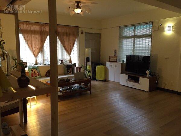 3.大大的客廳雅致寬敞,木地板也重新貼皮。