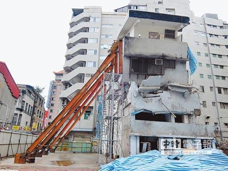 搖搖欲墜  北市長安西路177巷14號都更案遭建商無預警拆屋,如今建物必須輔以支撐。(黃意涵攝)