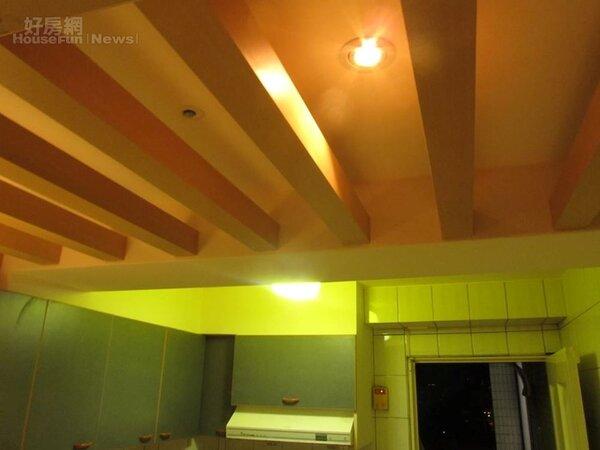6.廚房中間有一根樑木,善用做成木條造型裝飾。