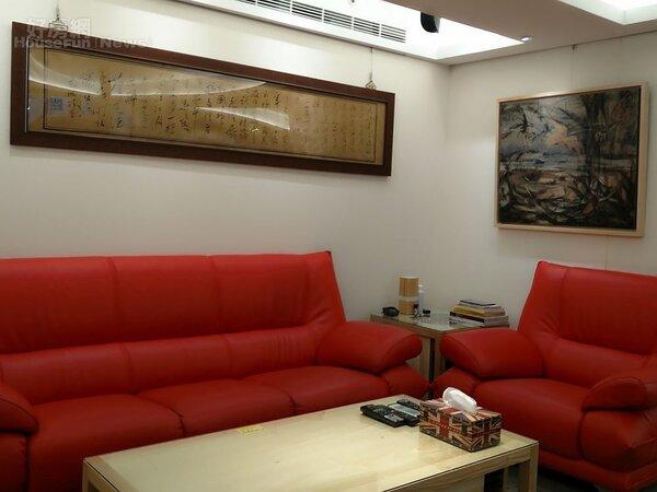 5.紅色沙發使空間更鮮亮活潑。