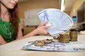 大數據顯示…月薪眾數 幾乎等於基本工資