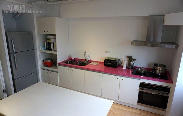 5.廚房可用來開烹飪、烘培…等教學課程。旁邊會議室用也適合規劃舞蹈、瑜珈、健身課程,兩者以活動拉門做出區隔也提供使用彈性。
