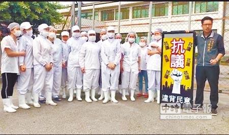 台中空廚傳出拖欠薪資問題,外籍勞工3日在廠房外高喊「還我薪水!」(盧金足攝)
