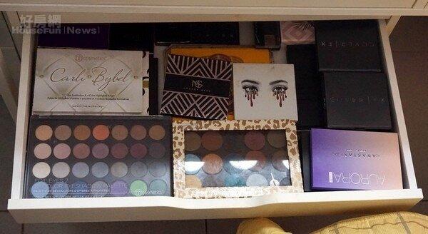 無論是抽屜或收納櫃裡,包括唇膏、口紅、刷子、眼影…等各種化妝品應有盡有