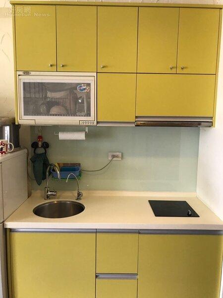 3.Eason的家「麻雀雖小,五臟俱全」,廚房的櫥櫃以鮮豔的黃色搭配白色,看起來活力十足!
