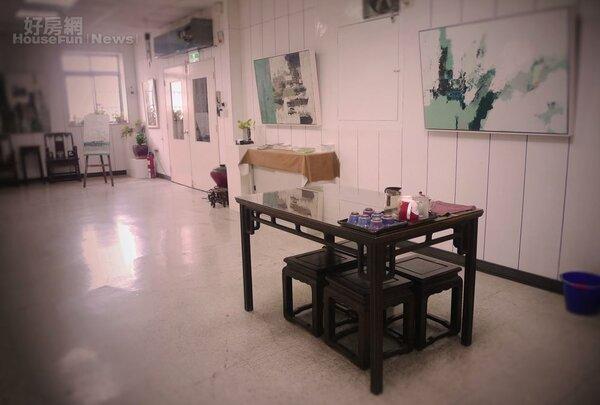 4.主要在大木桌上作畫,油畫則沿牆面而繪。