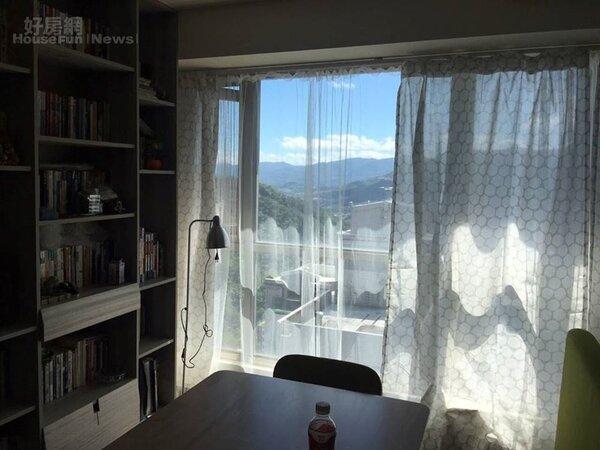 3.書櫃旁餐桌兼作書桌,大面落地窗飽覽山景。