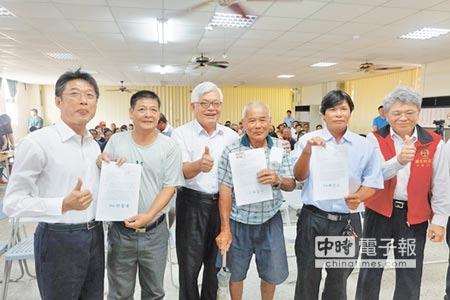 口湖漁民取得國有土地承租依據,雲林縣長李進勇(左三)也為漁民感到開心,(張朝欣攝)