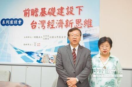台灣經濟研究院院長林建甫(左)與王作榮、范馨香伉儷文教基金會董事長王梅君出席「前瞻基礎建設下台灣經濟新思維座談會」。圖/郭信佑