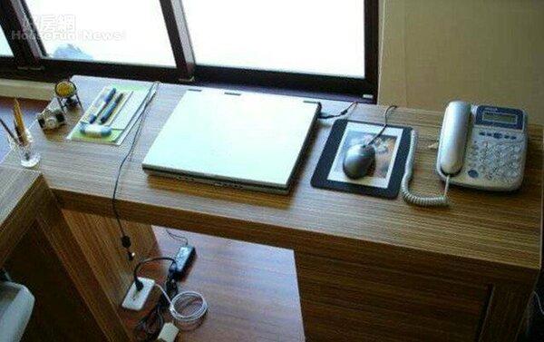 11.面窗向光的工作桌。