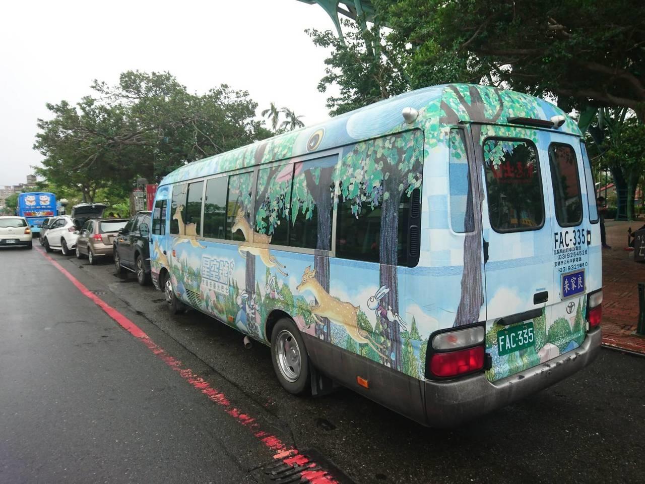 宜蘭市公所的幾米觀光巴士開放周二與周四預約,5人成行,指定站點與時間接駁。 記者羅建旺/攝影