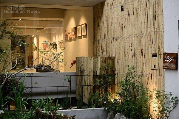 3.大門口的一片竹牆與綠色植栽極為雅致。