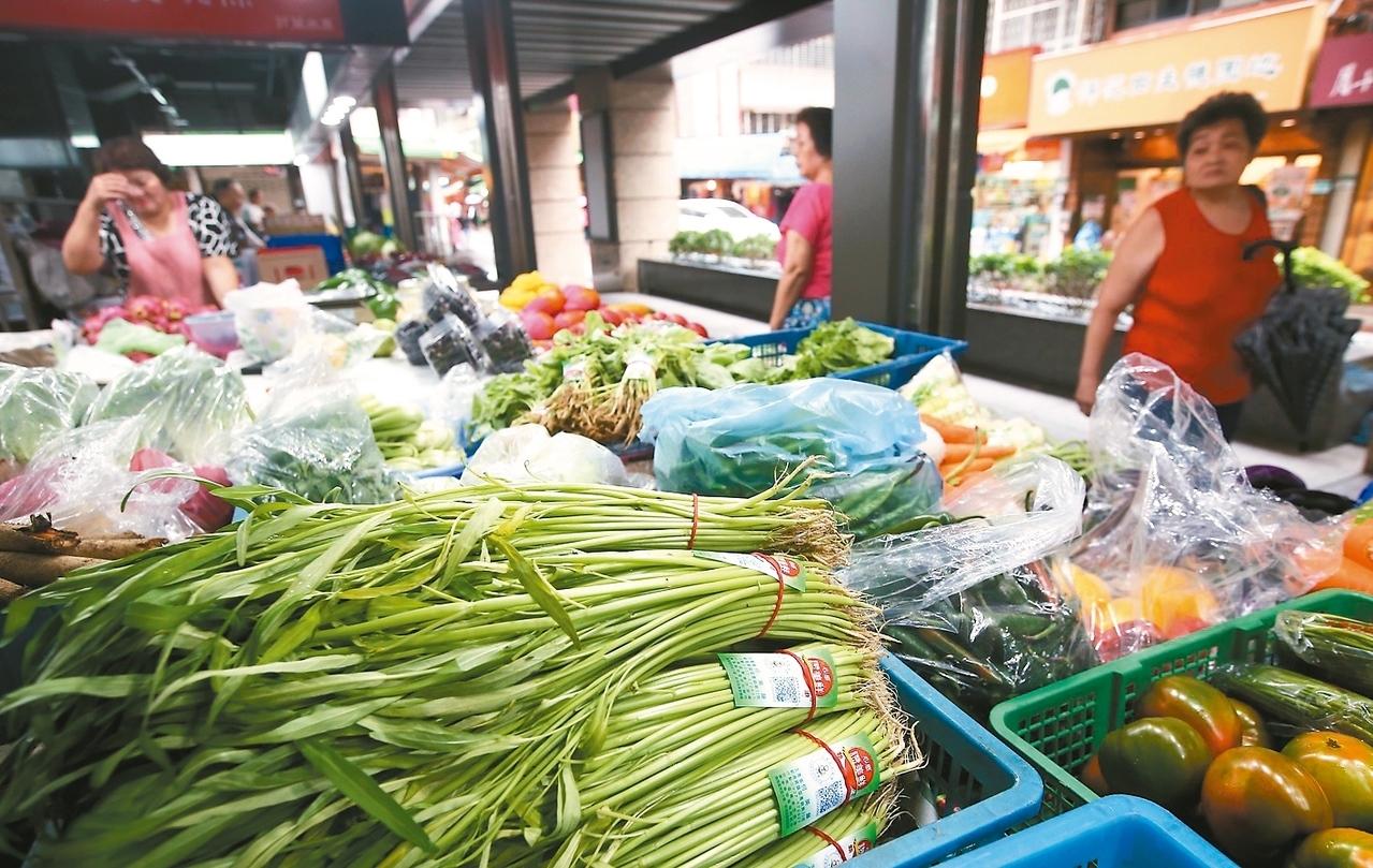 雙颱襲台造成東部與南部地區連日大雨,許多家庭主婦擔心颱風過後菜價上漲,一早便到台北市中崙市場補貨。 記者余承翰/攝影