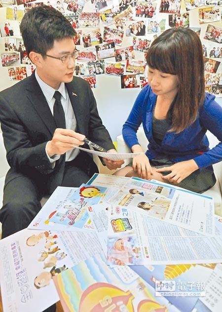保險業務員向民眾介紹保單。(本報資料照片)