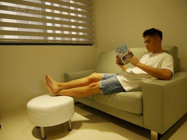 2.客廳的淺灰色皮沙發很有質感,艾瑞克的休憩小天地。