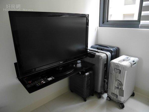 3.電視只用一個簡單鐵架擺放,四個行李箱沒出國時就是擺飾。