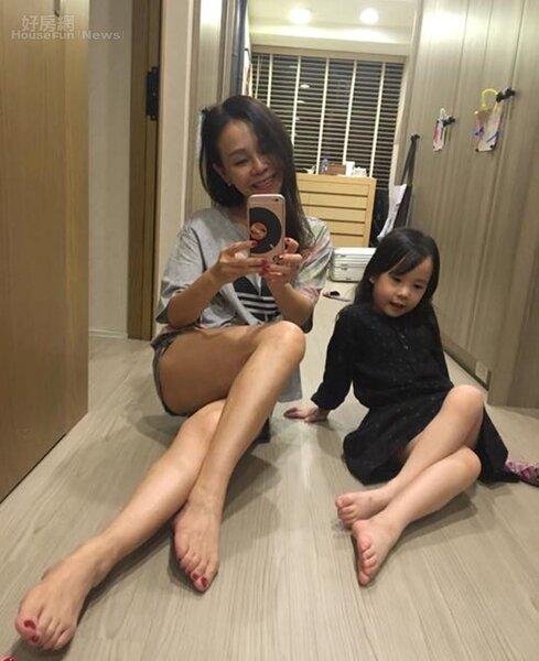 2.彭佳慧和女兒喜歡在家中玩自拍。(翻攝自彭佳慧臉書)