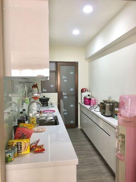 5.延續白色餐廳風格,廚具也以「潔白」營造舒適感。