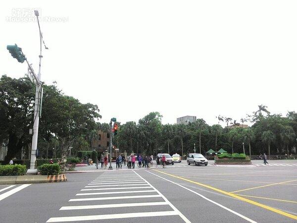 台大臨近公館商圈,生活機能方便。