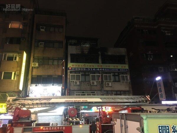 今天(12/5)晚間7時30分八德路4段火災,火勢在晚間9時30分獲得控制。(好房網News記者羅力元/攝影)