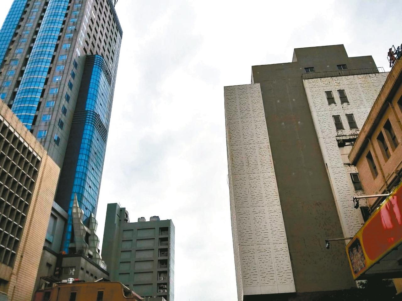 基隆文化中心(右棟)四周大樓林立,屋頂有一架掉落的空拍機,唯恐墜落傷人。 記者游明煌/攝影