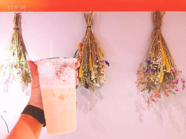 店內以橘色為主色調搭配乾燥花,走少女心的文青風!