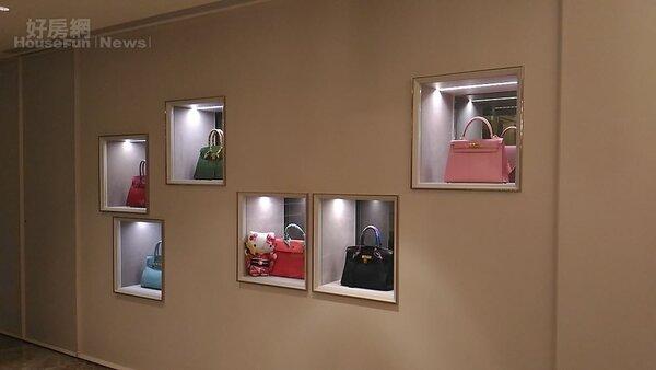 4.展示櫃裡陳設著價值不菲的柏金包。