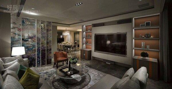 2.客廳有著85吋大電視,家中宛如劇院。