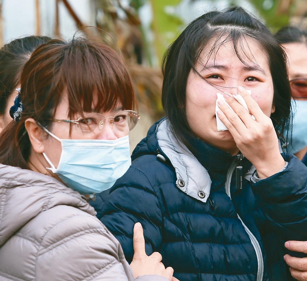 桃園市蘆竹汽車隔熱防爆膜工廠凌晨發生大火,造成6死5傷,罹難勞工的親友淚流滿面守在火場外。 記者陳柏亨/攝影