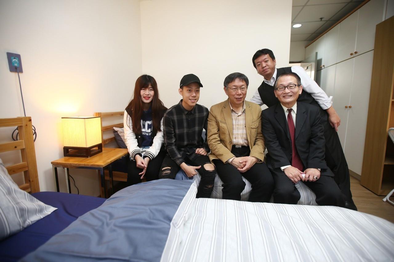 台北市長柯文哲(左三)上午視察台北市陽明山老人公寓重新裝潢的青銀共居,初期開放四間房八位同學申請,租金3000元並服務20個小時,與老人一起共居。 記者蘇健忠/攝影
