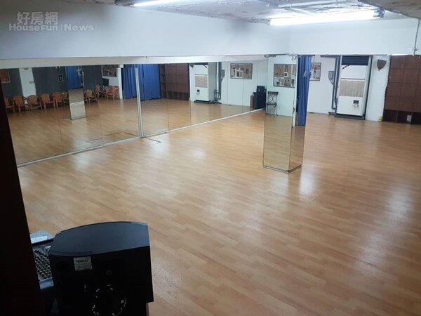 5.地下室的大舞蹈間,可容納八、九十位觀眾。