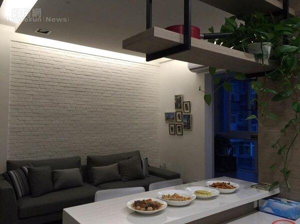 6.客廳設計白磚牆,還有成片翠綠葉片。