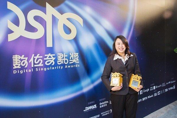 永慶房產集團網媒事業處副總經理徐賢淑代表獲頒數位奇點《最佳ARVR應用獎》、《最佳使用者體驗創意獎》兩項大獎 。(永慶房屋)
