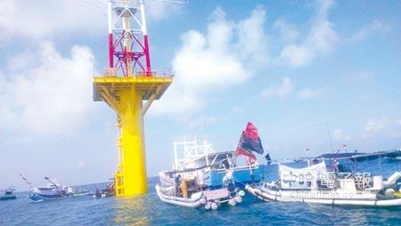 環評小組認為,福海作為示範的第一期風機與鄰近漁業經濟利害關係者溝通情形明顯不良。圖為前年福海公司逕行先在海上設測風塔,遭漁民抗議。圖/本報資料照片
