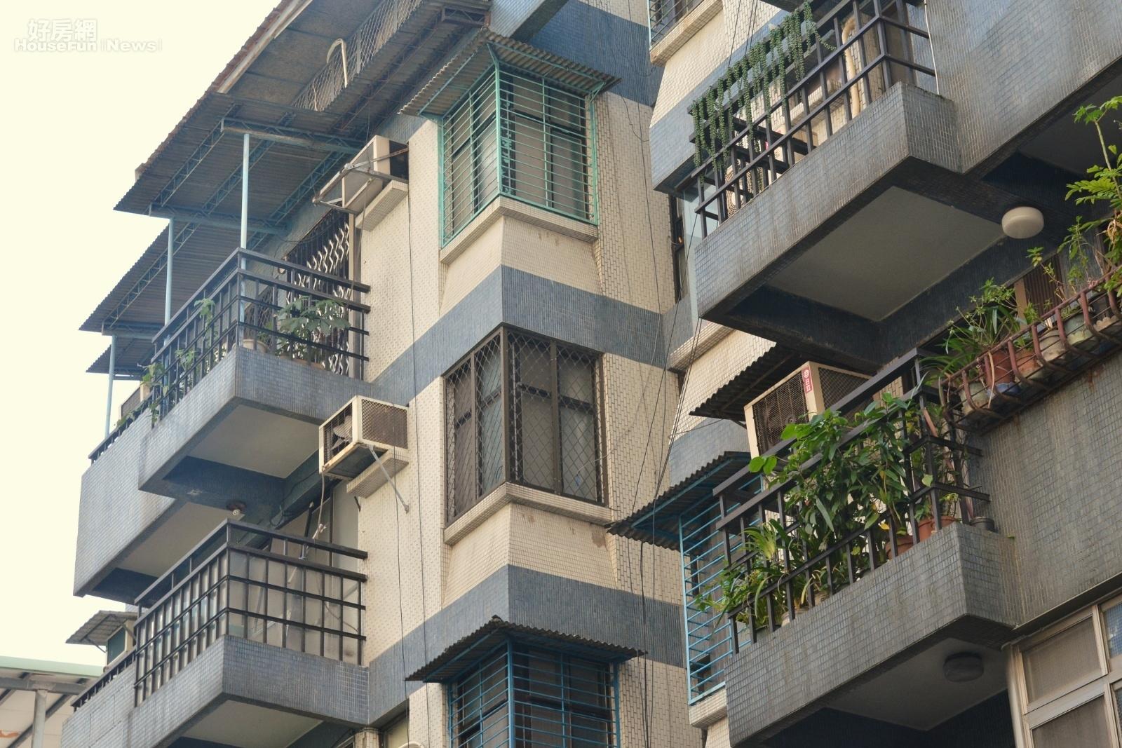 老舊公寓陽台補登。(好房網News記者 陳韋帆/攝影)