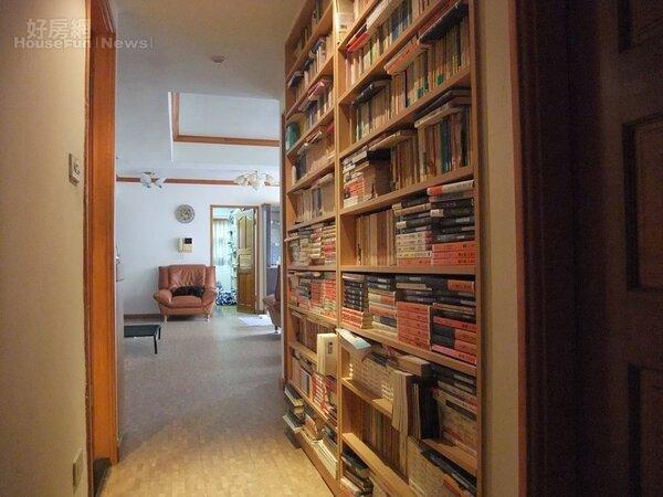 3.走道上的書架專放日本文庫本。