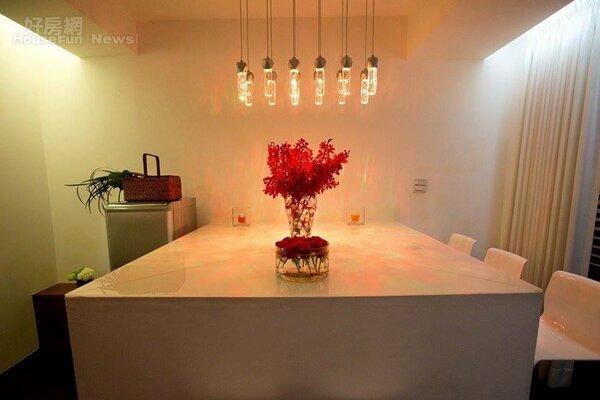 4.巧妙搭建的白色大桌是家人交流平台。