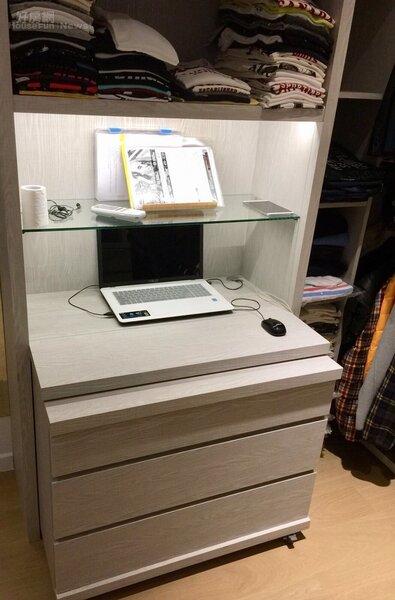 6.量身打造的書桌,底下的櫃子可以隨意移動。
