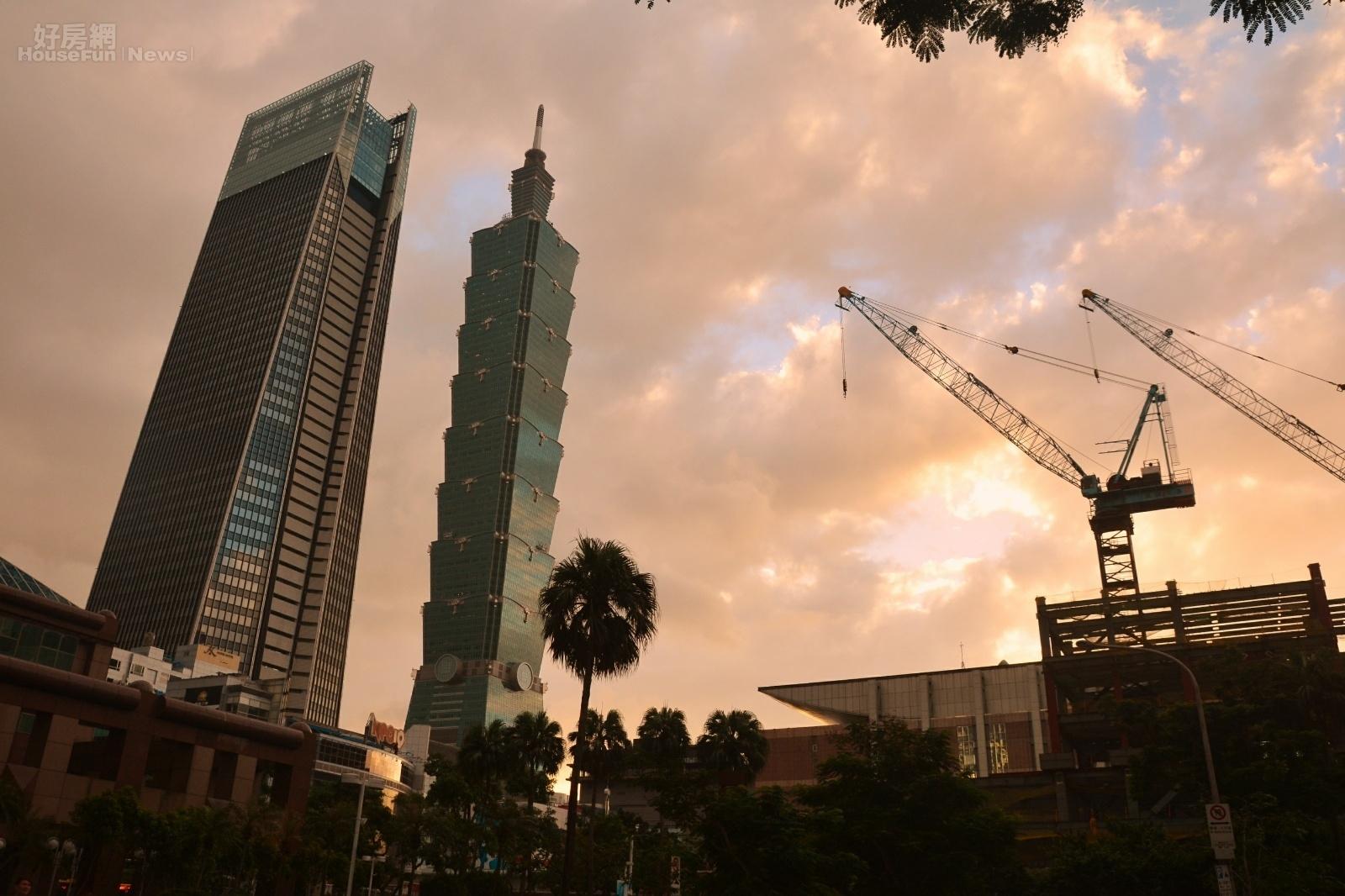 101大樓與南山人壽大樓廣場房市黃昏或者曙光圖。(好房網News記者 陳韋帆/攝影)
