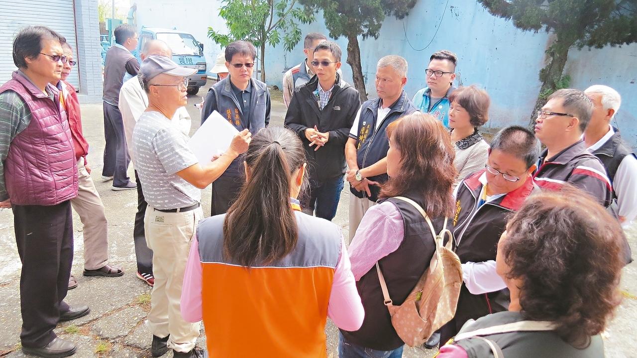 苗栗縣卓蘭鎮就在鯉魚潭水庫邊,地方人士質疑自來水硬度高,相關單位人員昨天會勘,了解問題。 記者范榮達/攝影