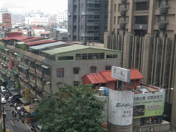 新北市府正對面就有疑似違建的頂加。(好房網News記者 陳韋帆/攝影)
