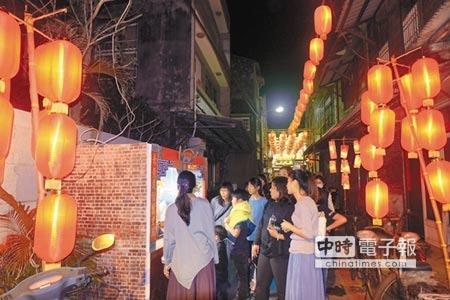雲林北港燈會11日落幕,其中巷弄燈區因重現早年元宵氛圍,引發許多遊客共鳴。(張朝欣攝)