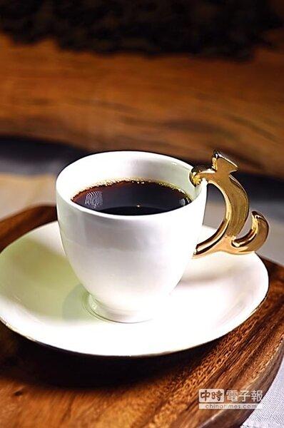 在第4道「浺」的程序時,麝香貓咖啡是用以麝香貓造型設計握柄的手工杯盛裝,飲者可以細品巧克力香與木質檀香交融激盪出的高雅香氣。圖/姚舜