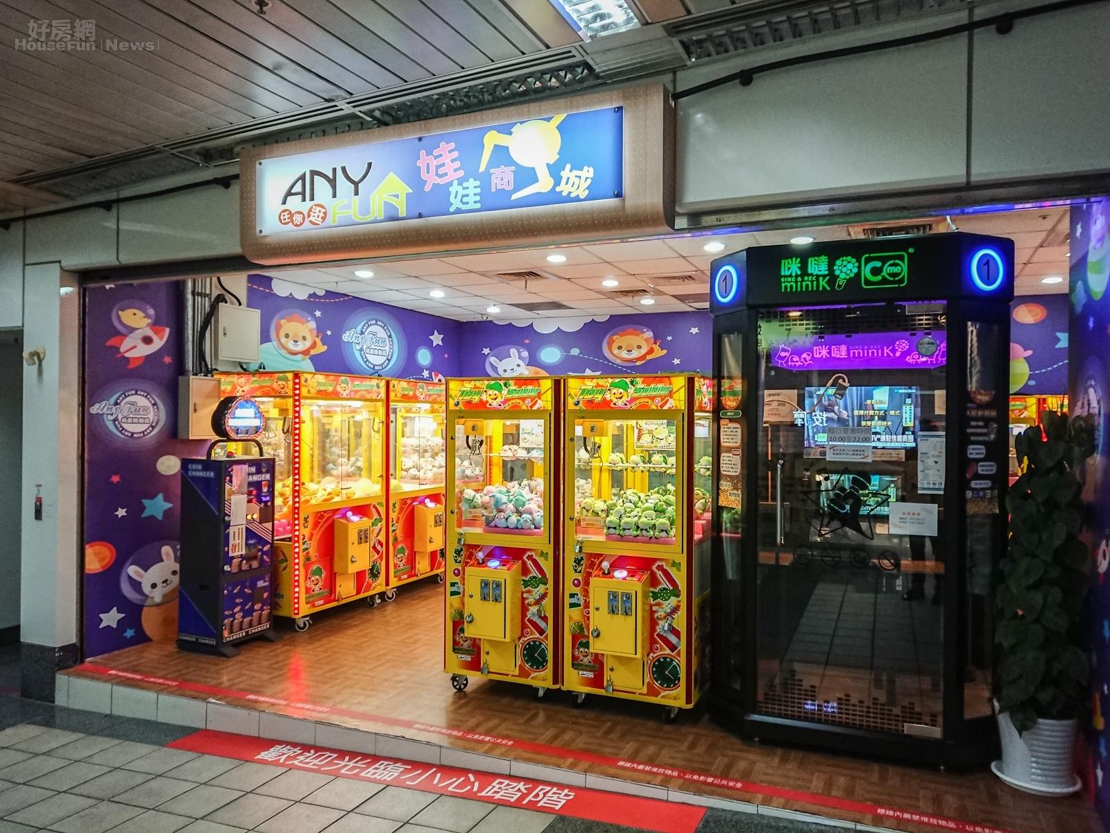 位於東區捷運地下街也出現夾娃娃機店,同時也有一台可以提供個人歡唱的KTV機。(好房網News記者張聖奕/攝影)