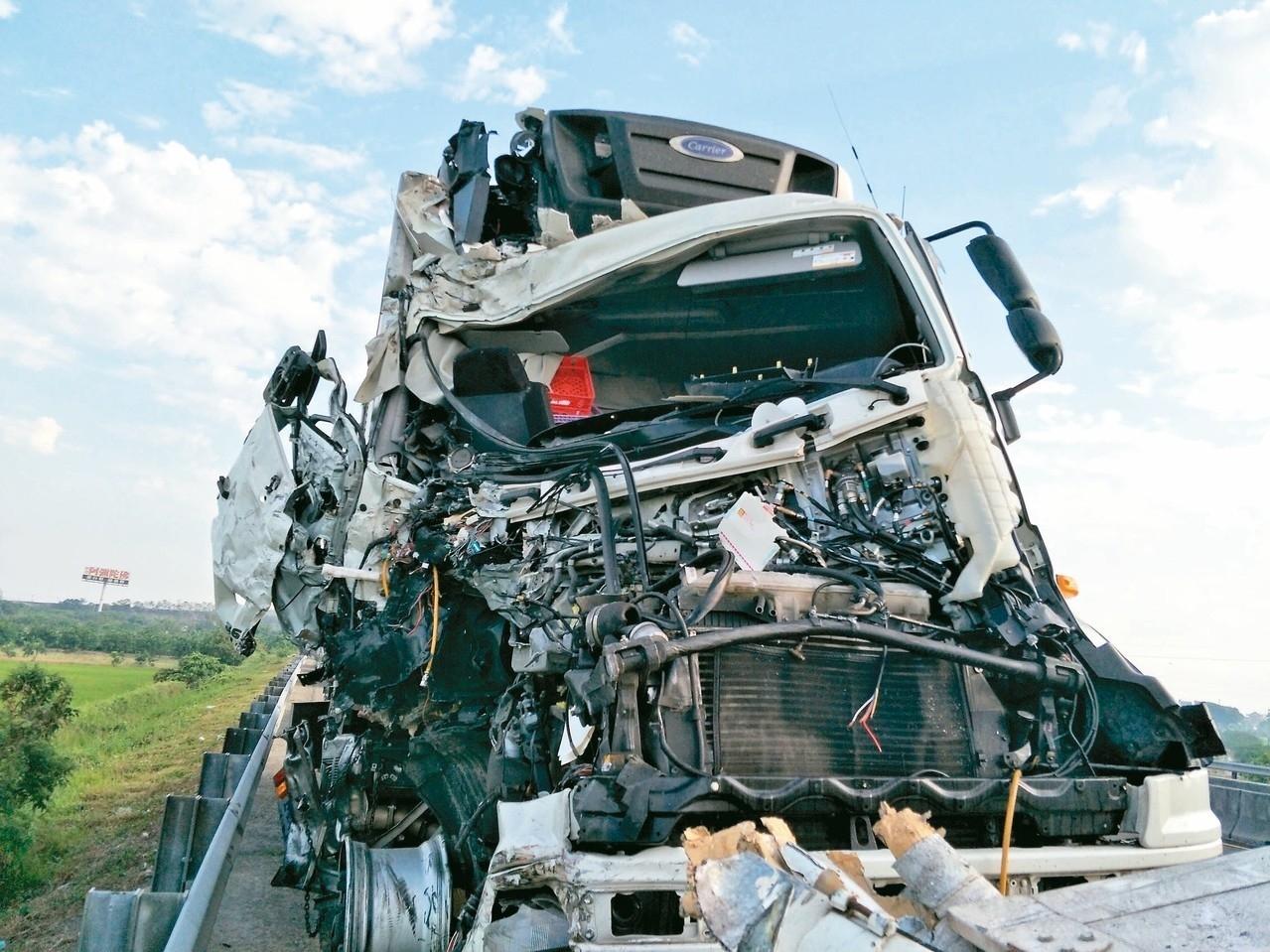 大貨車車頭嚴重毀損,可見撞擊力道之大。 記者謝進盛/攝影