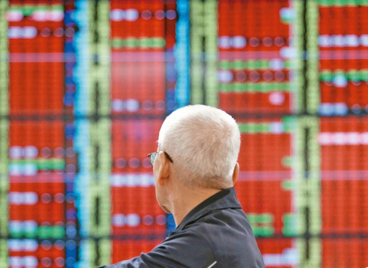 台股持續上揚,台指期隨勢軋空而拉高,雖然外資在現貨積極加碼,在期貨買單相對為少,但期貨布空單避險下,多頭仍繼續作多。 圖/聯合報系資料照片