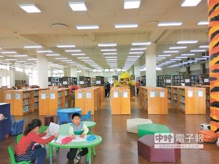 虎尾鎮立圖書館2011年正式從明正路遷館到現址,因為室內外空間都很大,除了書庫與報紙期刊區外,還規畫了兒童、青少年、網路、藝文展覽等區。(許素惠攝)