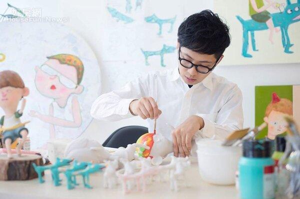 1.插畫家阿蕉筆下創作,結合繽紛色調與抽象意涵,展現出純真無邪的童趣形象。
